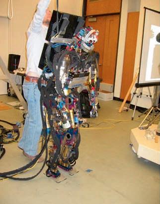 Carnegie Mellon Üniverssitesi'nde SARCOS bir yürüme testine hazırlanırken.