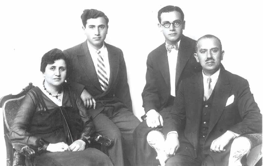 Ahmet Kardam'ın, Bedirhan Bey'in torunu olan babaannesi, dedesi, amcası ve babası (Temmuz 1930)