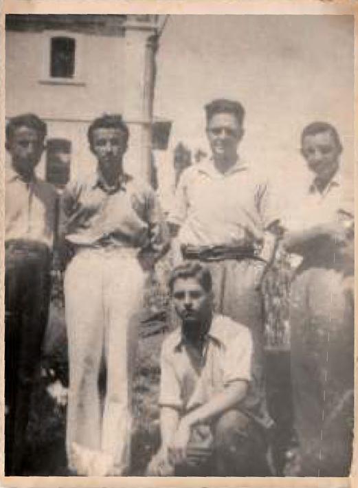 Bursa Cezaevi'nin bahçesinde Önde oturan Bursalı gazeteci Necati Akgün arkada ortada Orhan Kemal ve Nâzım Hikmet