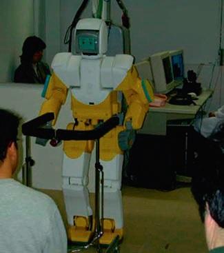 Robot bir hastane ortamı senaryosunda hastasına ilaçlarını ve tekerlekli bastonunu getiriyor