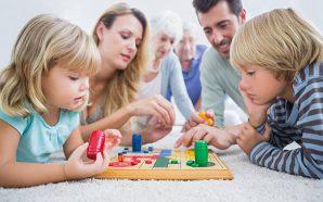 Türk ailesi çocuğu ile oyun oynamıyor