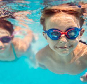 Çocuklar ve havuz