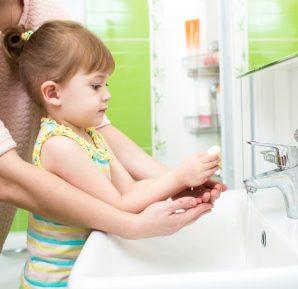 Yeni yürümeye başlayan çocuğumu tuvaletten sonra ellerini yıkamaya nasıl alıştırabilirim