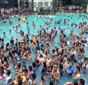 Çok kalabalık havuzlardan ve kirli sularda yüzmekten mümkün olduğunda uzak durulmalıdır