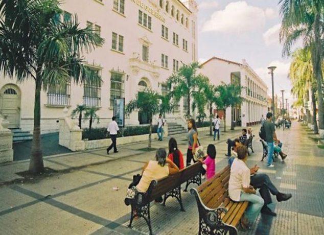 Koka merkezi Cochabamba ve cennet köşesi Santa Cruz