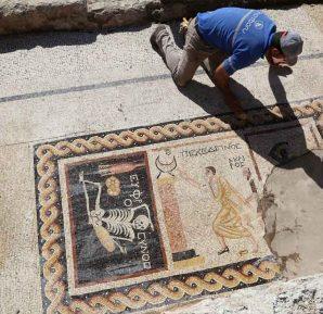 Neşeli ol hayatını yaşa yazılı mozaik