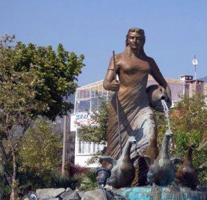 Edremit sarı kız heykeli