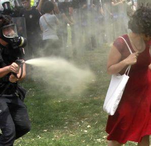 Gezi Parkı kırmızılı kadın