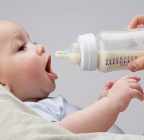 Bebeklere Plastik Kaplarda Sıvı Verilmesi Tehlikelidir